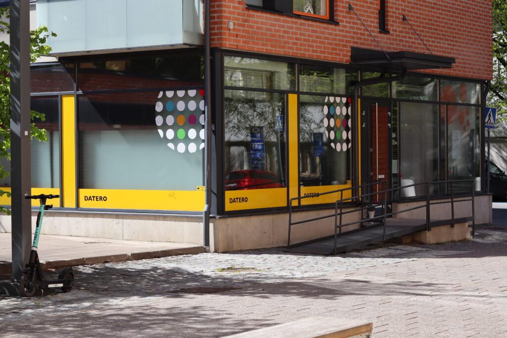 Valokuva Dateron pienryhmätila Studion ulkopuolelta kuvassa etualalla kävelypuistikko.